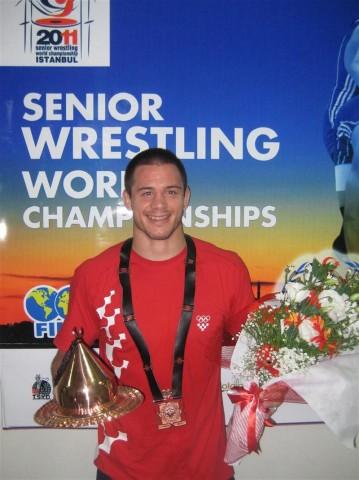Slika 26. Neven Žugaj s osvojenom brončanom medaljom na seniorskom Prvenstvu svijeta u Istanbulu 2011. godine.