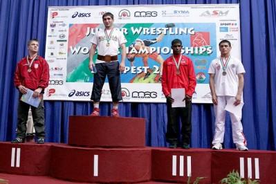 Slika 23. Srebrni Dominik Etlinger na pobjedničkom postolju na juniorskom Prvenstvu Europe u Budimpešti 2010. godine.
